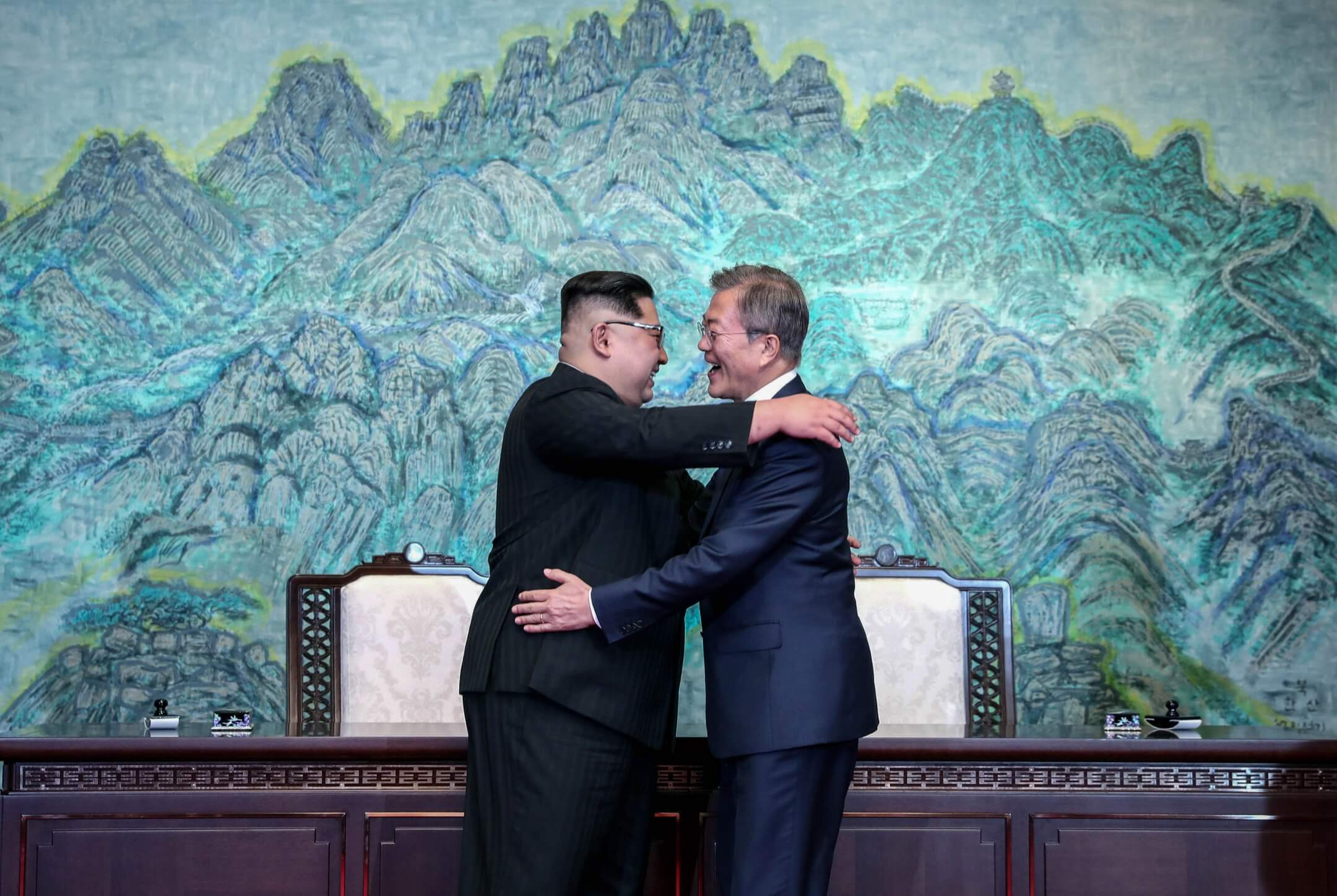 2018年4月27日,南韓總統文在寅與北韓領袖金正恩於板門店非軍事區「和平之家」舉行兩韓峰會,會後簽署《板門店宣言》共同宣布朝鮮半島不會再有戰爭,兩韓停止一切敵對行為,二人互相擁抱致意。 攝:Inter-Korean Summit Press Pool/Bloomberg via Getty Images
