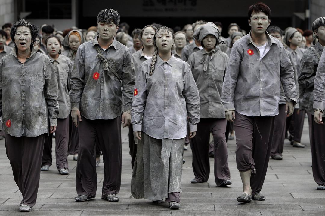 2018年4月3日,南韓首爾,約300名表演者在市內的街道上穿上灰色衣服遊走,紀念濟州起義70週年。