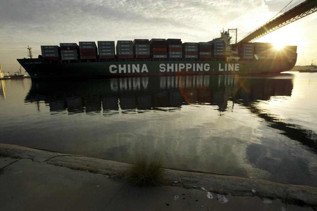 自中國加入WTO,美國對華貿易赤字在十年間翻了將近三番,「美國失去了百萬計的製造業崗位」,美國對華貿易逆差在2017年攀至歷史最高水平。圖為中國海運貨櫃船經過洛杉磯Vincent Thomas大橋。