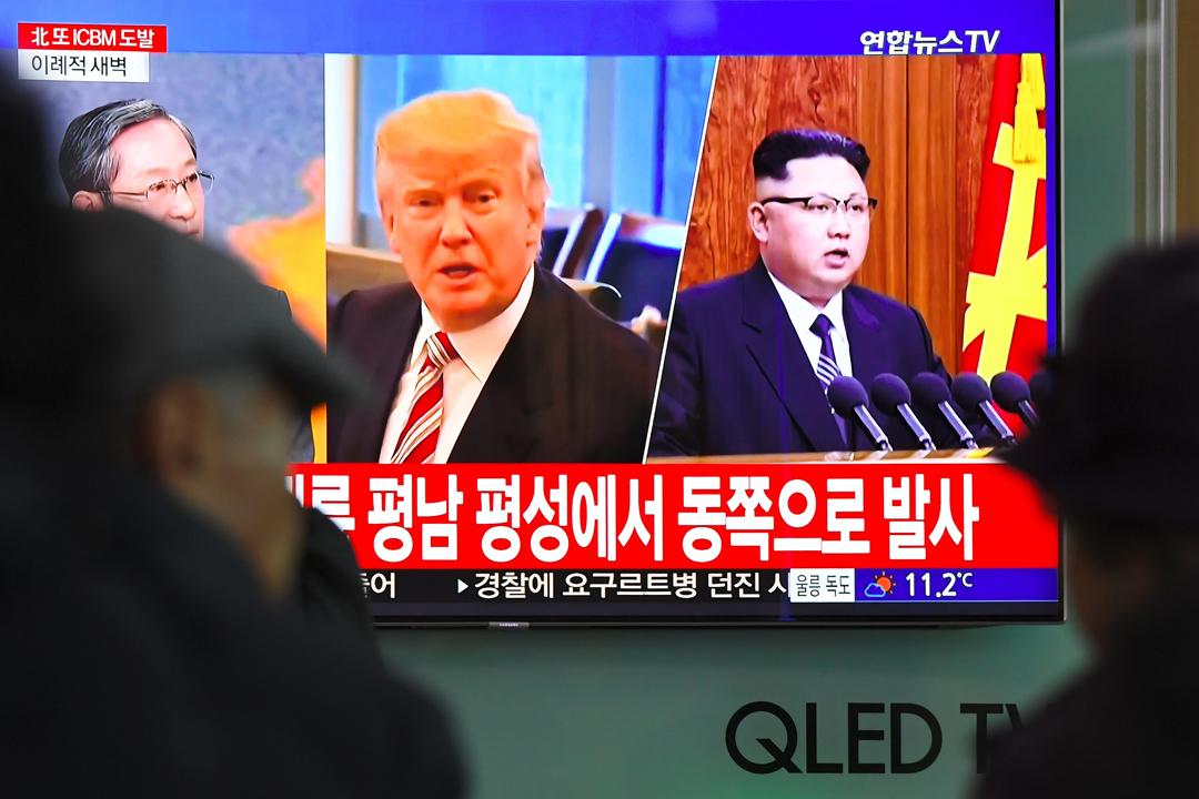 美國總統特朗普讚揚金正恩「值得尊敬」,但拒絕解釋為何對金正恩作如此正面評價。他又強調現階段不應對美朝峰會抱有太高期望,並重申峰會若無成果,他就會離場。 攝:Jung Yeon-Je / Getty Images