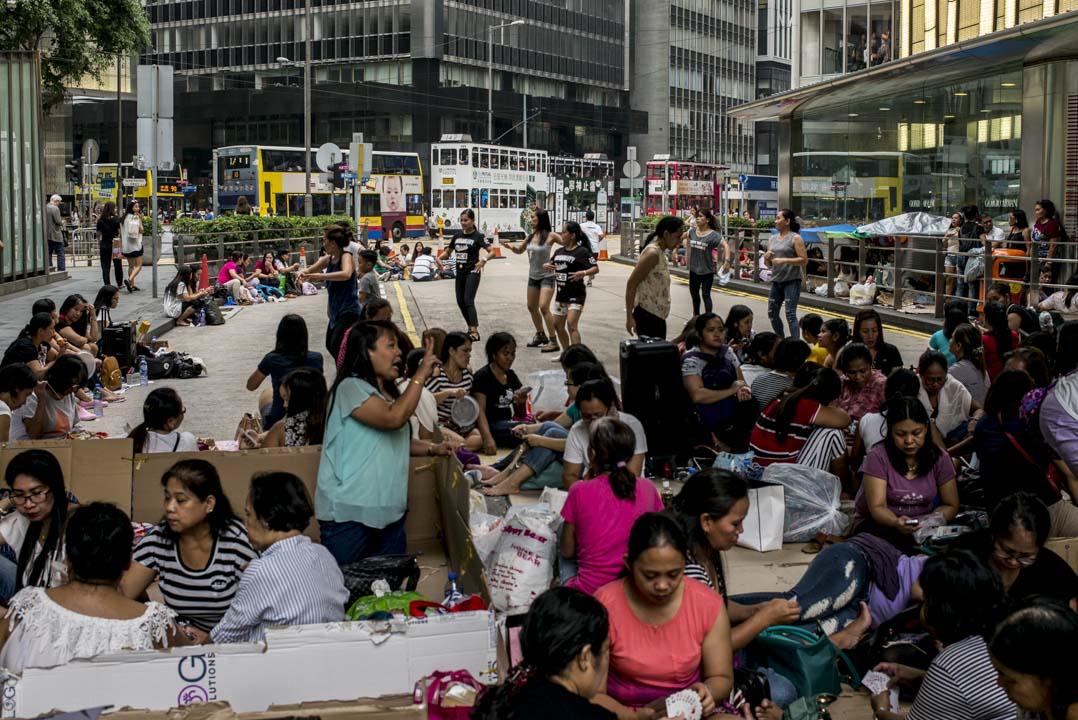 菲律賓人在香港是最大的少數族群,多達184,081人。海外菲籍勞工的人數比例是是東亞地區的首位。