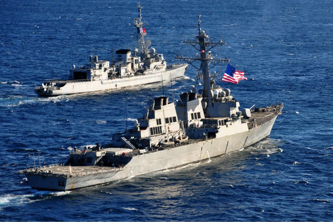 2013年2月26日,美國海軍巴里號導彈驅逐艦(DDG 52)與法國海軍陸戰隊反潛護衛艦 Jean de Vienne 愛奧尼亞海域。 攝:U.S. Navy/Getty Images