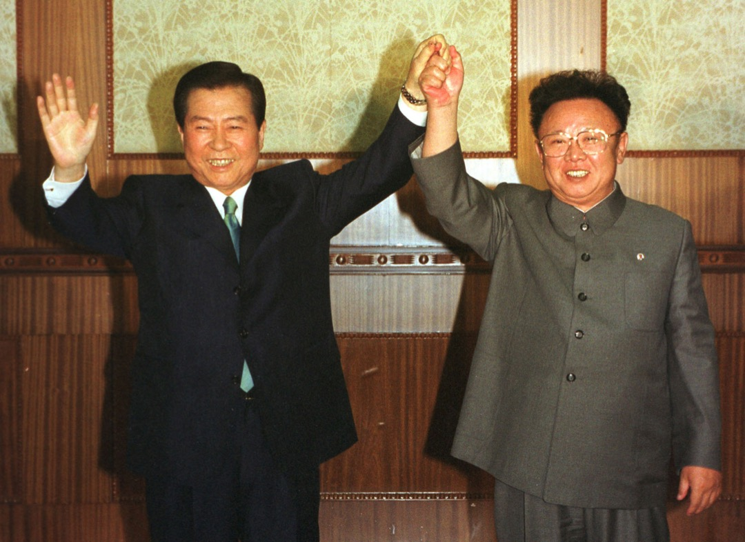 2000年6月14日,時任南韓總統金大中與時任北韓領袖金正日於北韓首都平壤舉行峰會,簽署《北南共同宣言》。