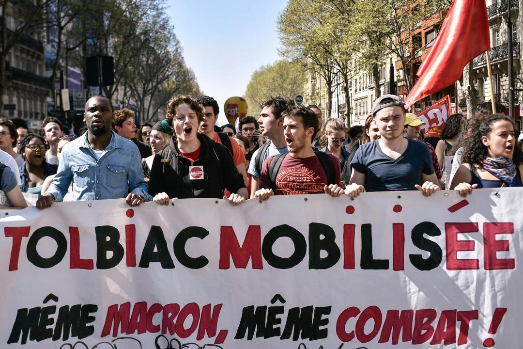 參與佔領運動的學生,拿著「動員起來的Tolbiac:同一個馬克龍,同一場戰鬥」的橫額遊行。
