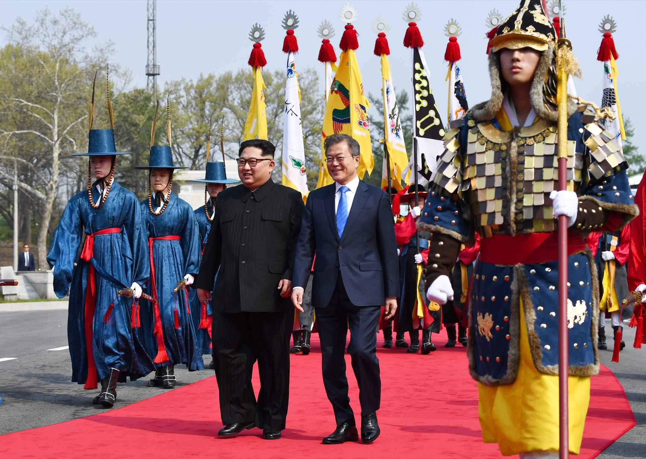在這個主題被北韓定義為「和平、繁榮和南北交流」的峰會成功之際,幾年來橫亙半島上空的戰爭陰雲瞬息稀薄,前幾個月半島面臨的核戰危機得到極大緩解,和平有了一線生機。 攝:Inter-Korean Summit Press Pool/AFP/Getty Images