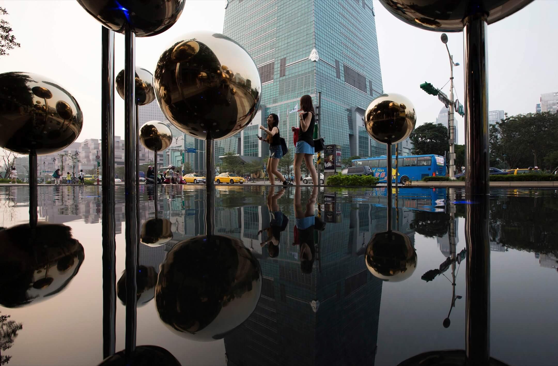 在台灣,有數個民間組織積極推廣與「美感教育」有關的計劃,把「美感」展現於菜市場、變電箱、公園等城市空間,甚至是學生手中的教科書上。幾年過去,「美感教育」在台灣逐漸走進了大眾視野之中。 攝:Tomohiro Ohsumi/Bloomberg via Getty Images