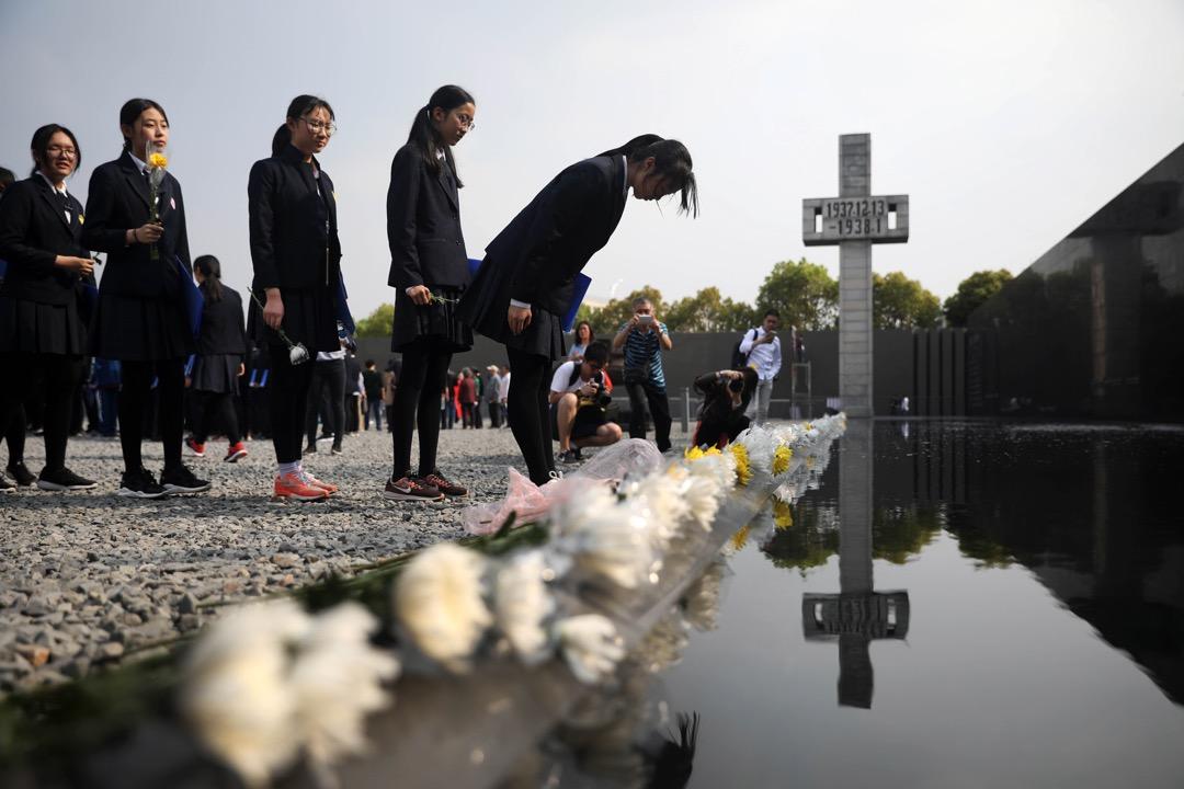 2018年4月3日,南京,清明節前夕,學生到侵華日軍南京大屠殺遇難同胞紀念館悼念事件中的遇難者。