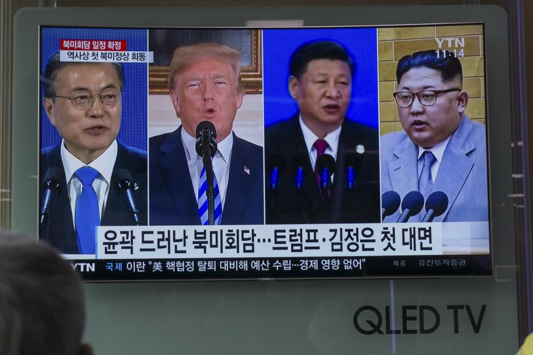 美國總統特朗普承認對北韓態度突然轉趨激烈感到驚訝,又暗示這可能源於北韓領袖金正恩與中國國家主席習近平在本月初的會晤。圖為南韓首爾一個火車站,電視正播放有關朝鮮半島局勢的消息。 攝:Kim Sue-han / AFP / Getty Images