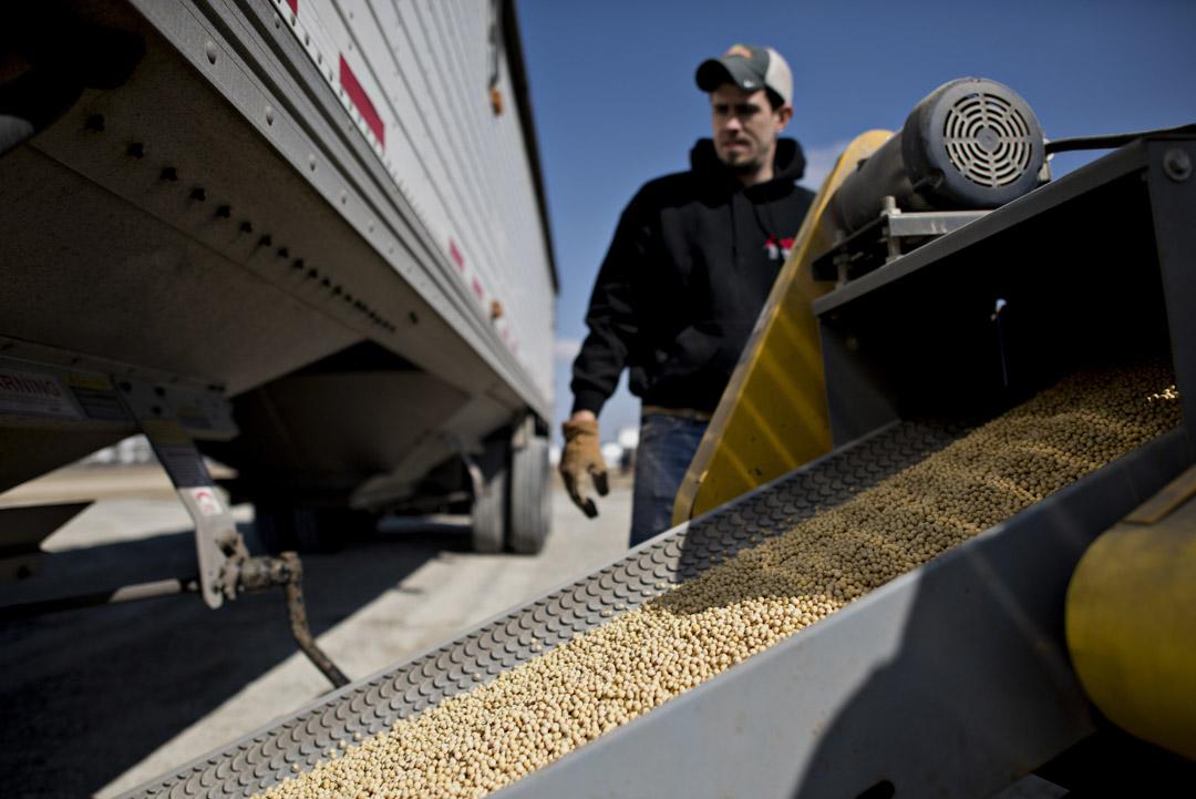 美國在談判中要求中國於2020年底,削減至少2000億美元的雙邊貿易赤字。其中美國特別強調了降低農產品的市場準入條件,顯然是選舉考量──美國中西部農業州是特朗普的票倉,中國此前宣布的貿易報復也重點瞄準了農產品。