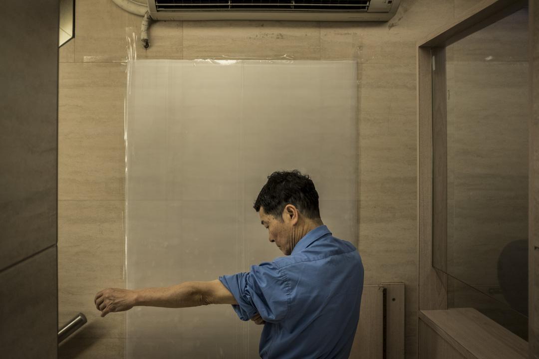 六十多歲的保安陳先生,每朝五時到商業大樓上班,他稱退休金並不夠應付未來的退休生活, 故不得不從事工時長,時薪低的保安工作。