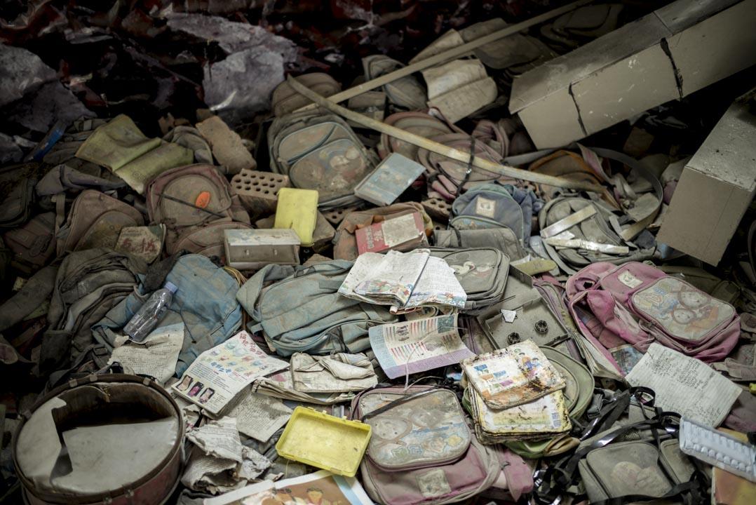四川什邡市穿心店地震遺址中設有一個紀念館,展示了一些遇難學生的書包。