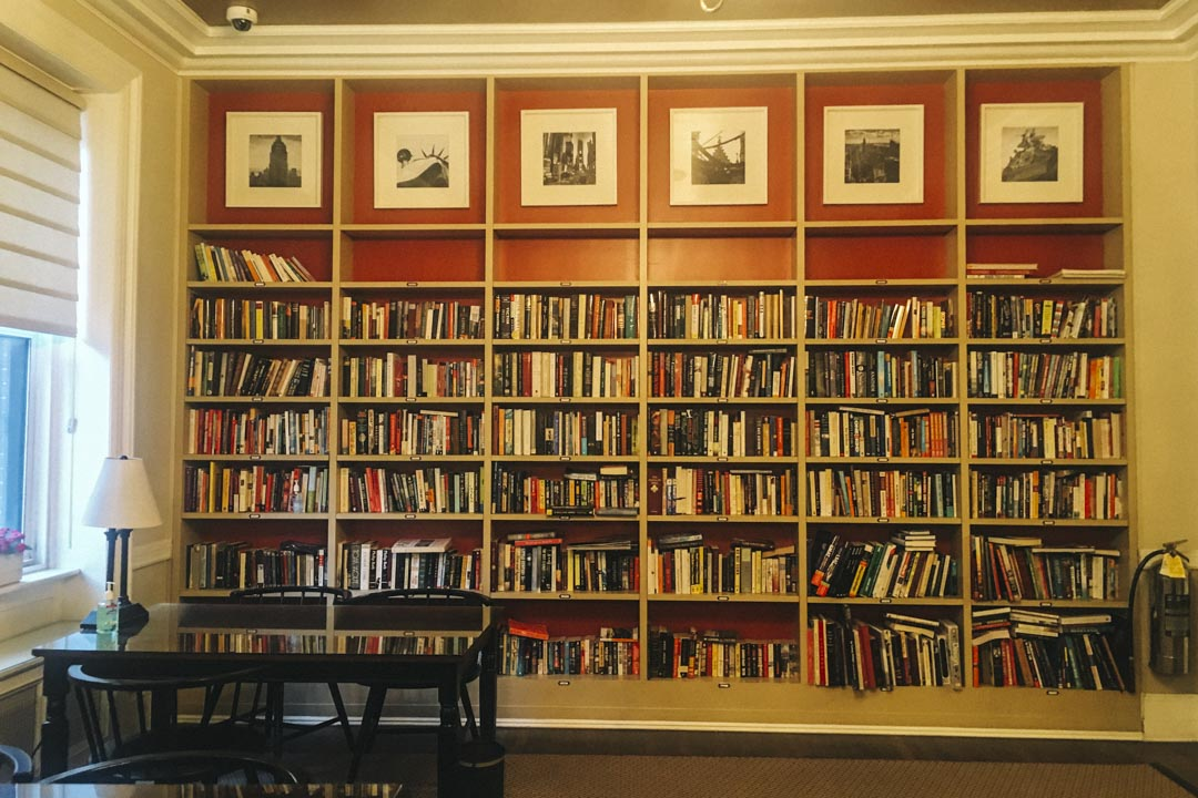 圖書館和閲覽室,陳列着來自歐洲的各種古典小說。