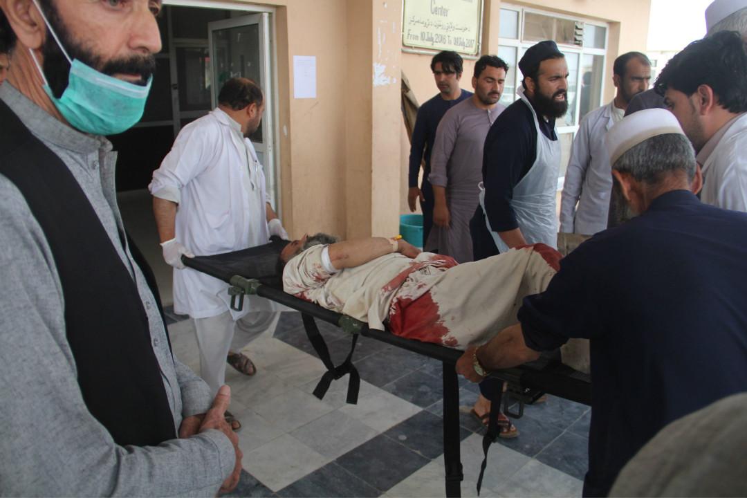 2018年5月6日,阿富汗東部霍斯特省首府霍斯特市一處選民註冊站遭炸彈襲擊,造成至少14人死亡,33人受傷。 攝:Farid Zahir/Getty Images