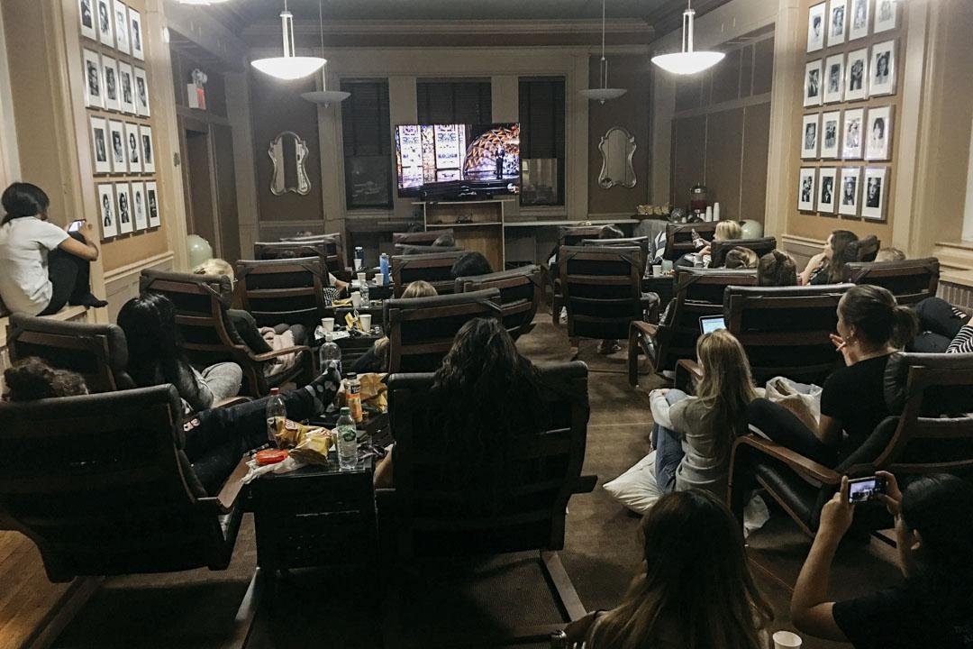韋伯斯特(Webster Apartments)公寓的TV room實時轉播奧斯卡頒獎禮,姑娘們穿着熱褲或睡袍鬆鬆垮垮坐了一屋子 。