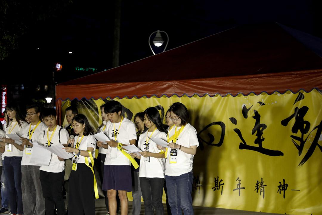 台大學生在晚會上朗讀宣言。
