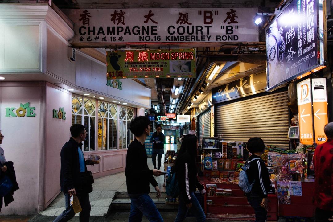 這座大廈經歷香港經濟起伏、主權移交、消費和娛樂方式更迭等滄海桑田變化後,於去年落成60年之時,住宅單位急速空置,至今年年初B座只餘少數住戶,而基座商場的店舖則繼續營業,直至樓宇清拆重建。 攝:Stanley Leung/端傳媒