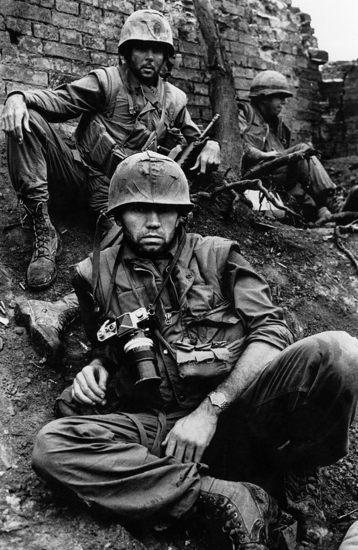 2月,越戰的新春攻勢(Tet Offensive)過後,北越軍隊佔據了越南順化市,美國海軍陸戰隊試圖重奪順化的控制權,英國戰地攝影記者 Don McCullin 跟隨部隊拍攝。