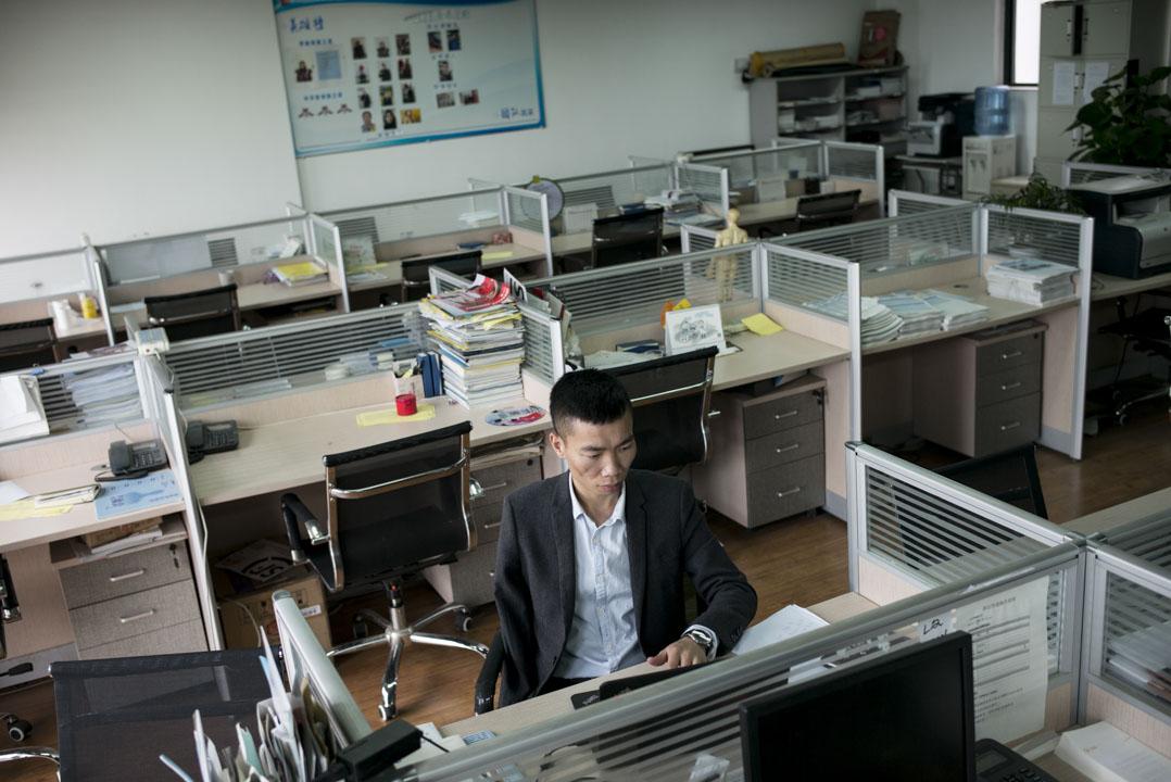 袁孝偉從天津體育學院畢業以後,成了一名註冊的康復治療師,加入NGO國際助殘,先後兩次駐紮到近年的地震災區中服務災民。