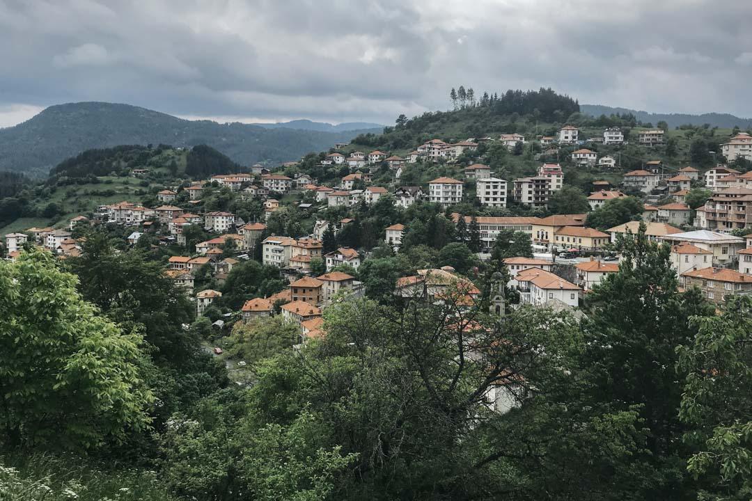 莫姆奇洛夫齊十分寧靜。村裏數百間小樓,紅瓦白牆,沿山依勢而建。村道頗陡,蜿蜒至山上,與鄰近村落相連。