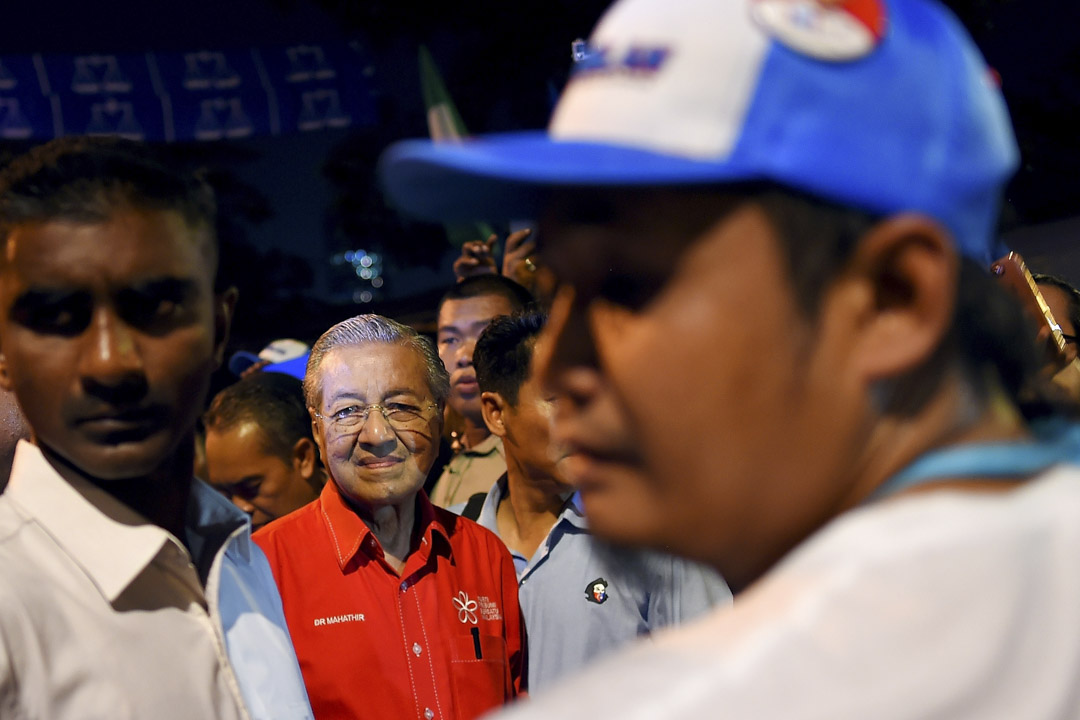 2018年5月3日,92歲的馬來西亞前首相、現任最大反對陣營「希望聯盟」領袖的馬哈迪出席一場競選活動後離開。