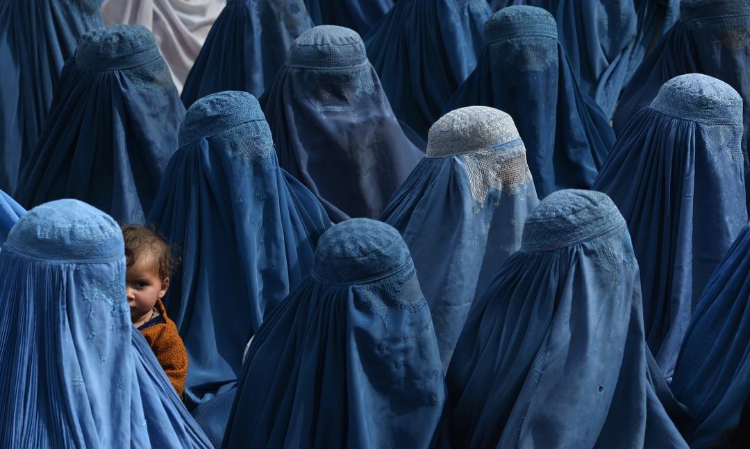 2014年2月18日,阿富汗婦女手抱她的孩子出席當時總統候選人阿卜杜拉(Abdullah Abdullah)的拉票集會。該選舉為阿富汗歷史上首次民主權力交接,阿卜杜拉最終以13%之差落敗給現任總統艾哈邁德扎伊(Ashraf Ghani)。