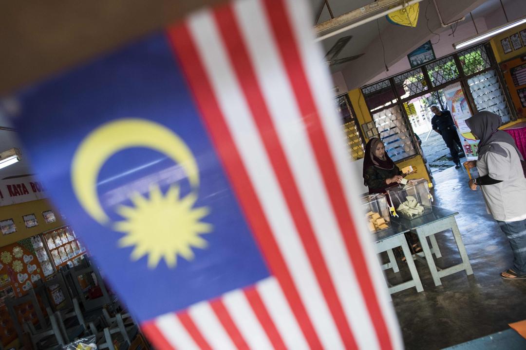 馬來西亞今天舉行大選,全國約1500萬名合資格選民投票選出國會下議院總共222個議席。圖為亞羅士打(Alor Setar)一個票站內,一位女性選民正在投票。 攝:Jewel Samad / AFP / Getty Images