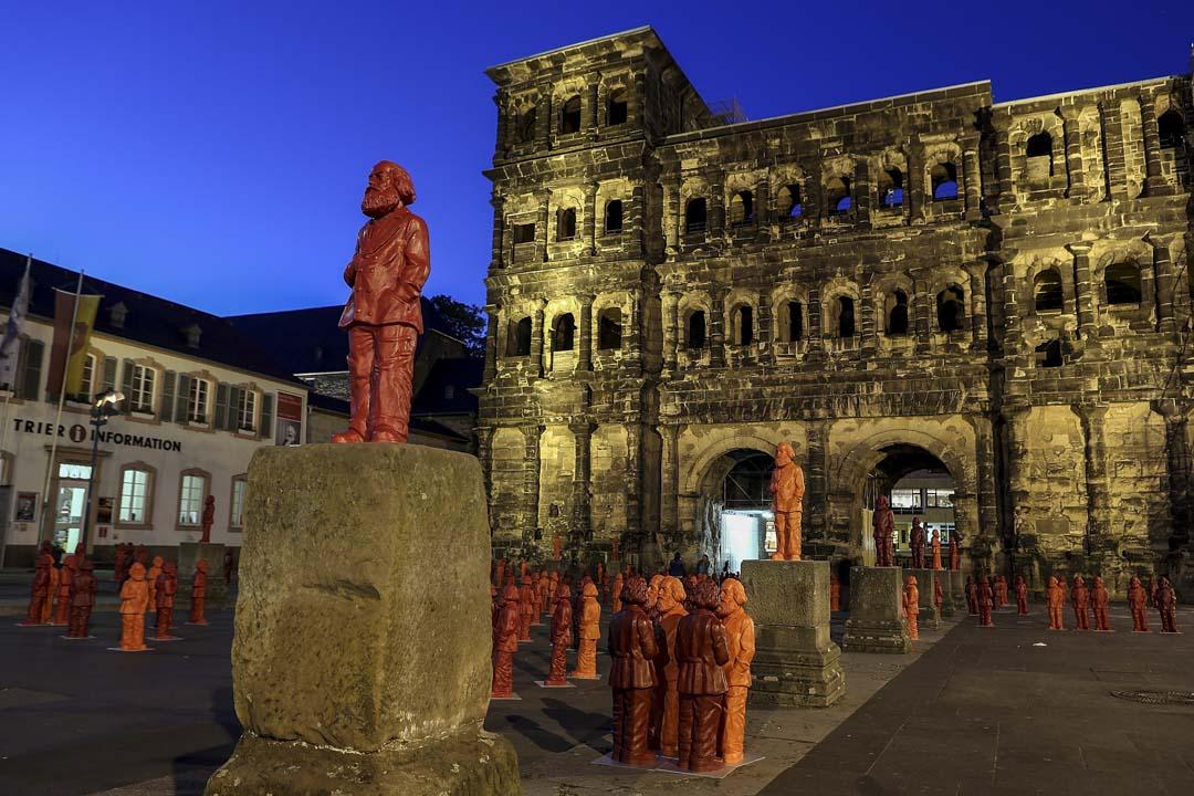 建於公元前170年的古羅馬城門「黑門」(Porta Nigra)前,有數十座紅色的馬克思小人像豎立。