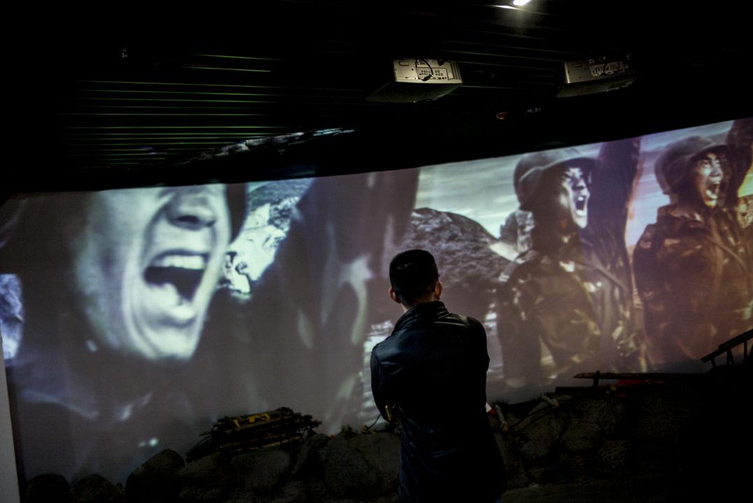 四川漢旺地震遺址的博物館中,循環播放著十年前熱血澎湃的救災影像。