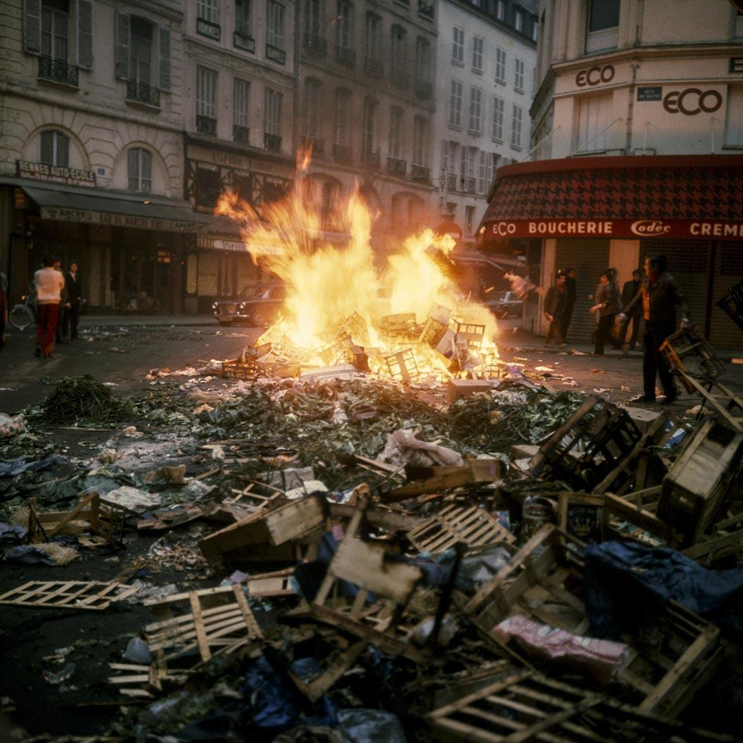 1968年5月22日,學生在巴黎的塞納街禁焚燒雜物。