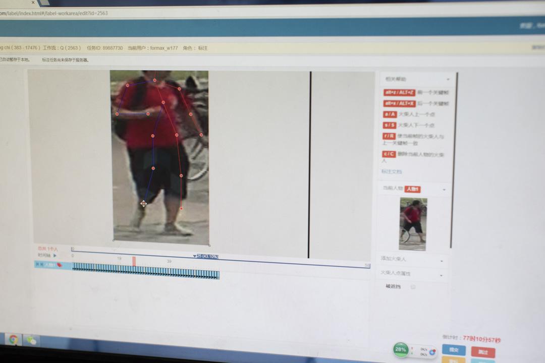 數據標註員將相圖片中的人標骨骼點:頭頂、脖子、肘部、手腕、膝蓋……一共15個。這些點可運用在安防領域、預測人的下一個動作;亦可被超市用來監控購物者的抓取行為。
