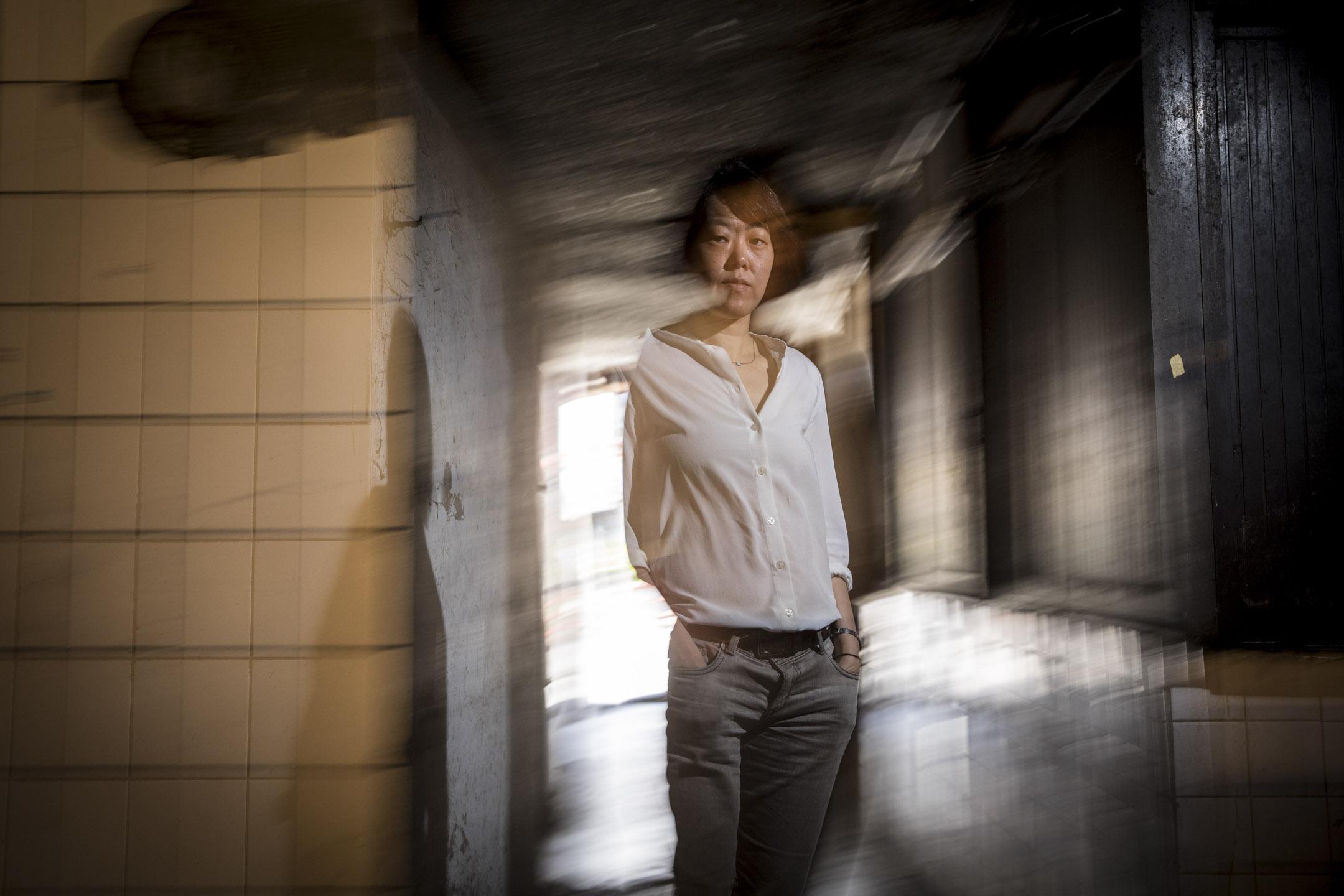 陳芯宜,1974年出生於台灣,導演,畢業於輔仁大學廣告系。2000年,執導個人第一部電影《我叫阿銘啦》,從而開啟導演生涯,該片獲得台北電影節最佳劇情片獎,更憑藉該片獲得台北電影節最佳新導演獎。 攝:張藍/端傳媒