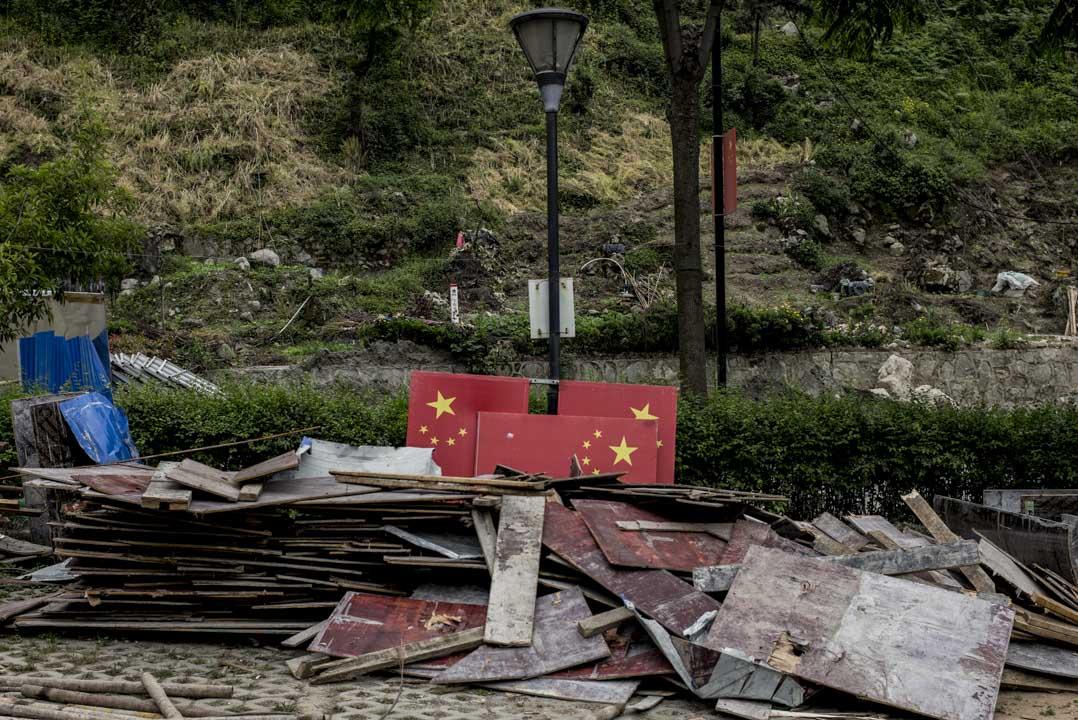 映秀地震遺址,如今成了國家4A級旅遊景區,一些工人正用木板和紅旗在打造新工程。