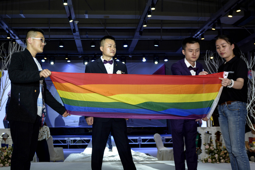 2016年5月17日,內地第一對男同性戀的婚禮於湖南長沙舉行,主角分別是胡明亮和孫文麟。 攝:STR/AFP/Getty Images