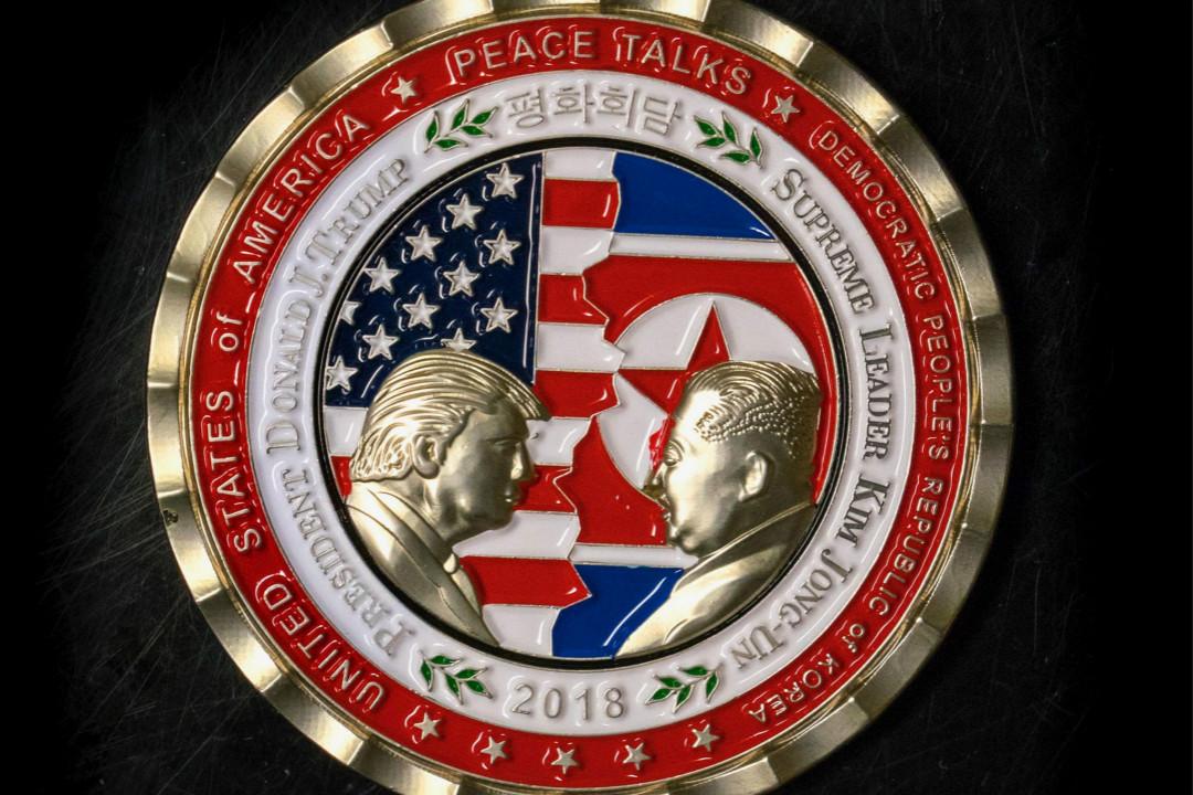 2018年5月21日,網上出現一枚以特朗普與金正恩會晤為主題的紀念幣,傳計劃在白宮紀念品辦公室出售;白宮方面則表示沒有參與設計和生產。 攝:Getty Images
