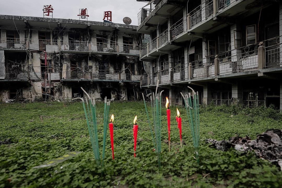 2018年5月11日,四川汶川地震十週年前夕,有死難者親屬在地震遺址插下蠟燭悼念地震中遇難的親人。
