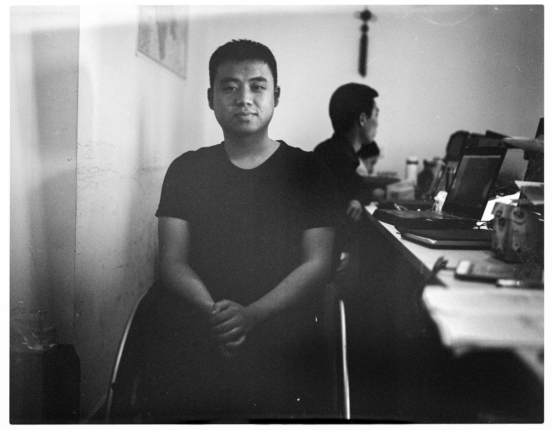 黃東,地震發生時17歲,什邡市洛水中學高二學生,脊柱粉碎性骨折,經香港福幼基金會幫助康復,現在成都創辦IT公司赤軟科技,每日自駕通勤。