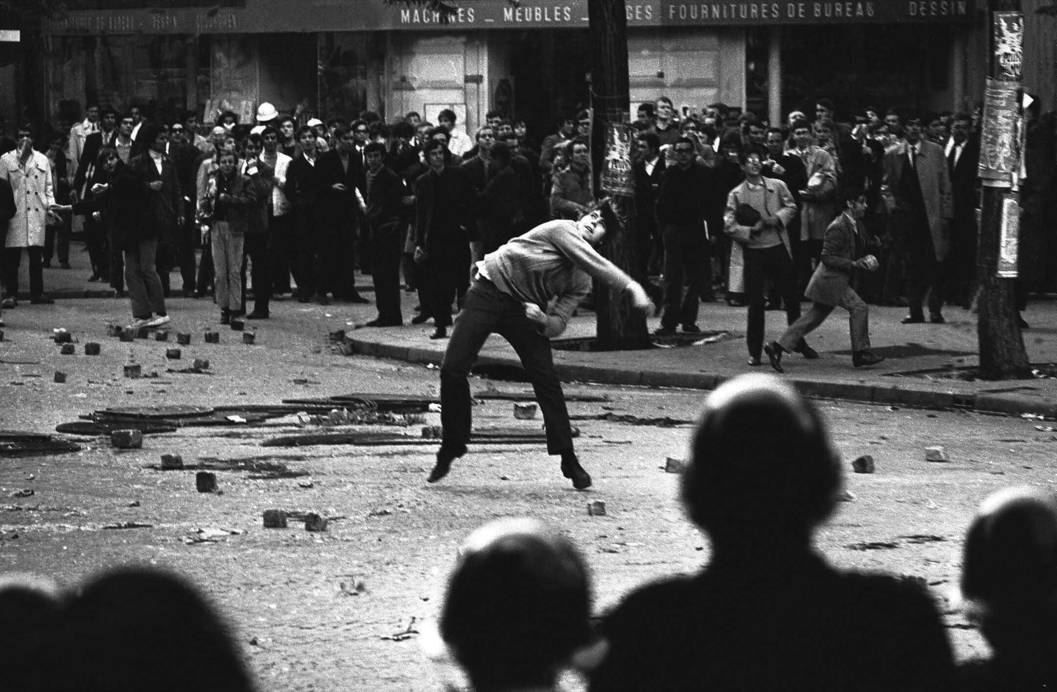 5月,法國「五月風暴」期間,一名學生向警察投擲石頭。 攝:Keystone-France/Gamma-Keystone via Getty Images