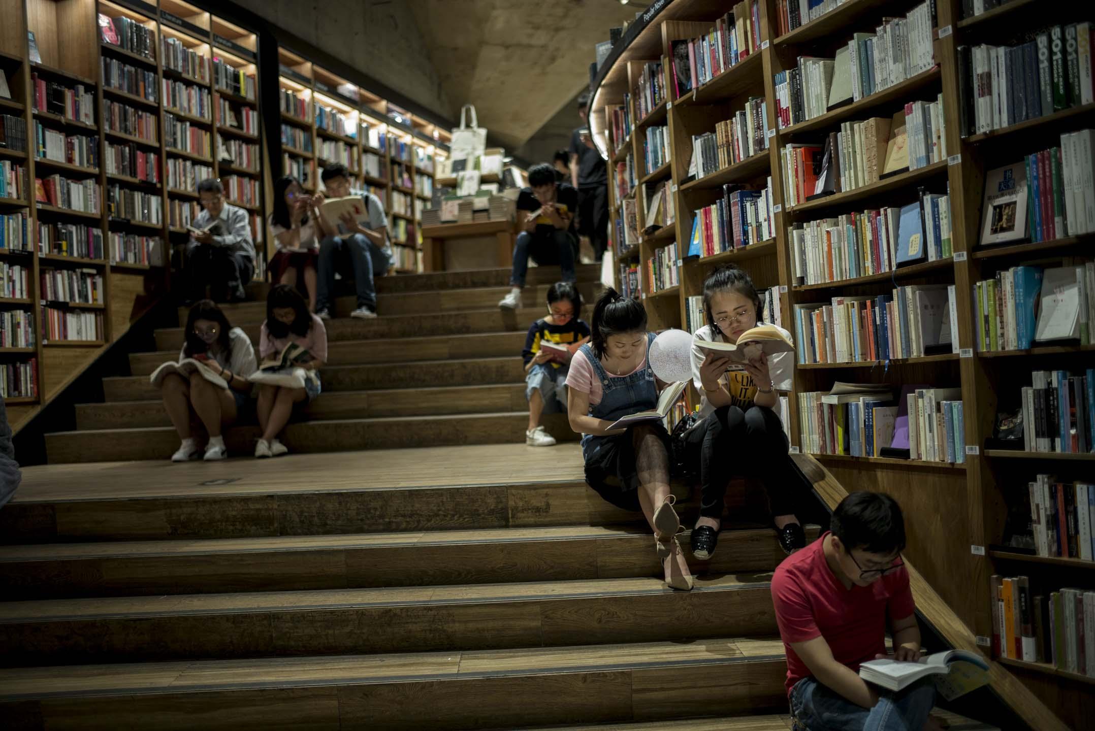 讀者在成都一間書店席地而坐看書。 攝:林振東/端傳媒