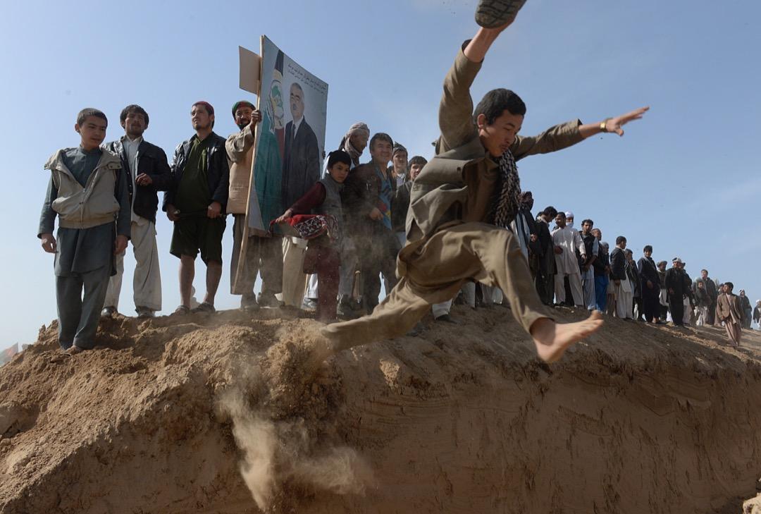 2014年3月19日,阿富汗總統選戰的前一個月,一名阿卜杜拉的支持者在昆杜茲(Kunduz)外圍的集會中躍起。