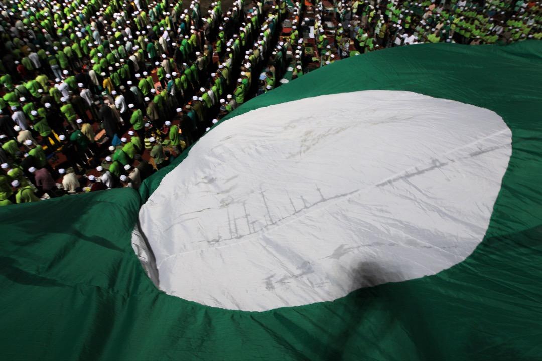 到過不同地方觀察伊斯蘭黨的群眾大會後,發現從他們的演說可見,伊斯蘭黨也接受馬來西亞是多元社會、要與其他族群合作的事實。圖為一面伊斯蘭黨旗在正參與集會的支持者上飄揚。