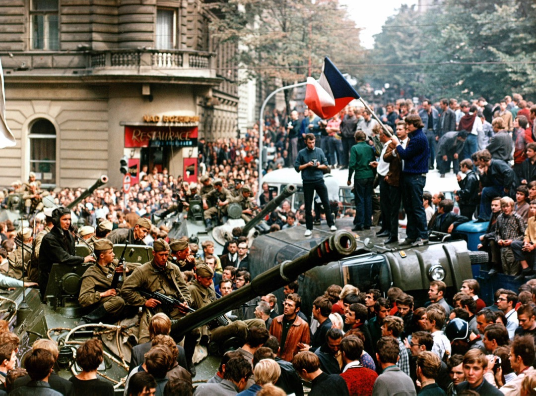 8月,蘇聯士兵試圖前往捷克電台位於布拉格的總部,但途中遇到街上的示威者阻止。