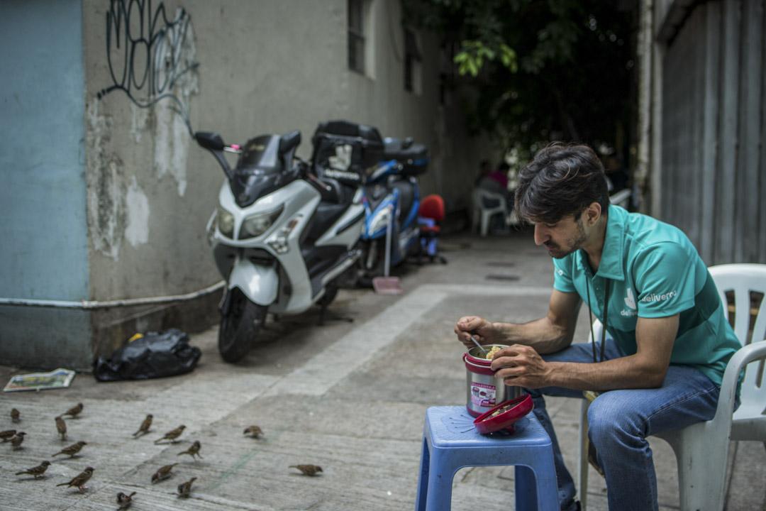 香港出生的巴基斯坦裔Binyamin Benny,任職食物外賣速遞車手,他在灣仔的後巷吃午餐,那裡是一班車手聚腳休息的地方。他表示工作缺乏基本勞工保障,沒有MPF、沒有年假、沒有勞工保險等,對此他表示不滿。