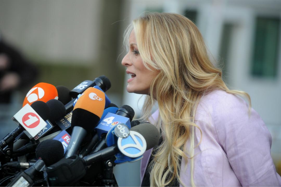 2018年4月16日,美國成人電影女星丹尼爾斯(Stormy Daniels)在紐約州南區地方法院舉行聽證會後,接受媒體採訪。  攝:Imagine China