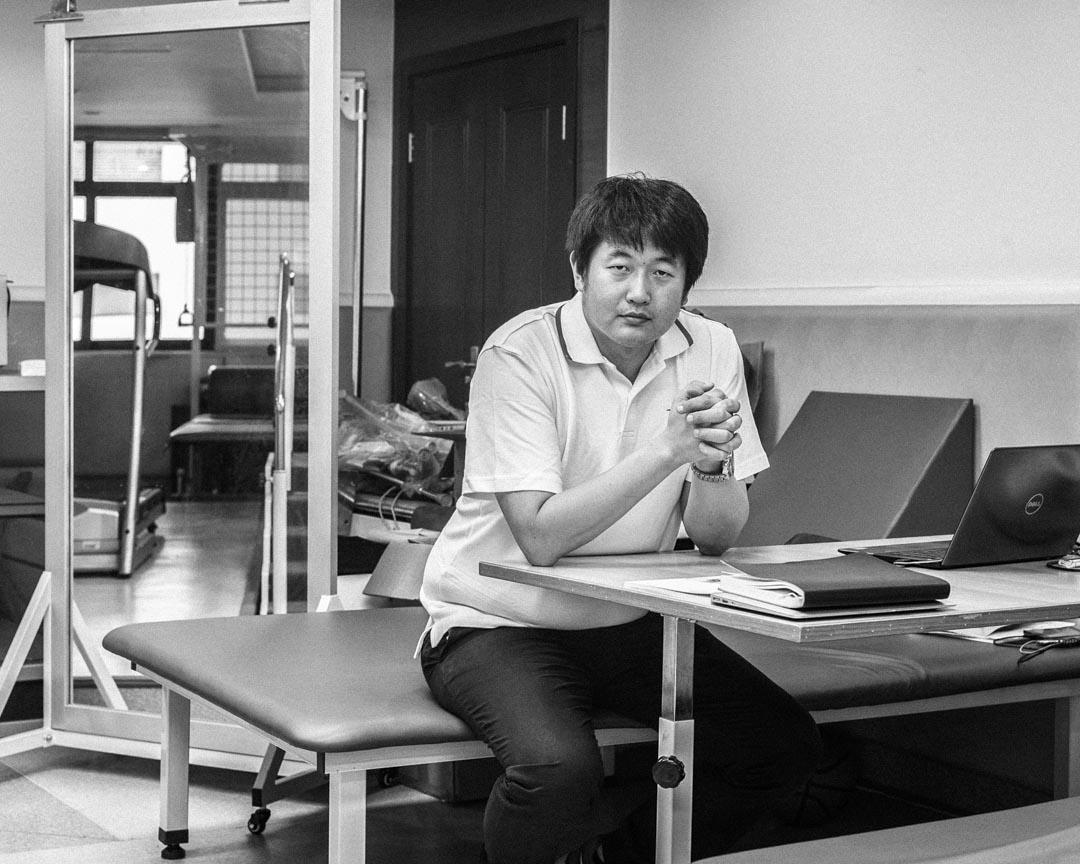 桂源,36歲,遼寧人,香港復康會物理治療師,幫助地震傷員做康復訓練,現為四川揚康殘疾人康復技術培訓指導中心負責人,揚康亦在2010年青海玉樹地震、2013年雅安地震後參與傷員康復工作。