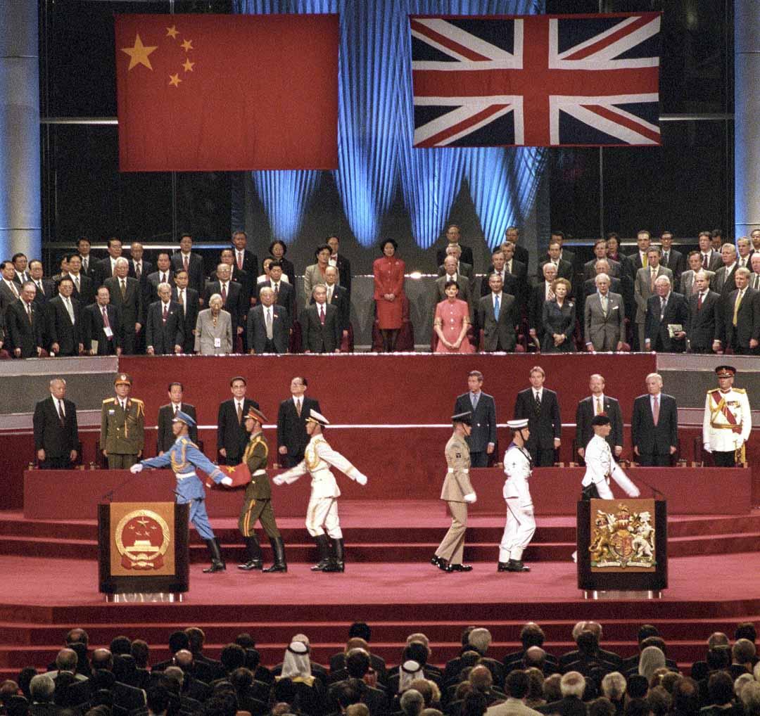 教育局的評審報告認為一些沿用已久的用字「措詞不當」,認為「中國恢復行使香港主權」比「中國收回香港主權」更精確,而這不單與行文造句有關,還涉及如何將史事置於歷史脈絡的問題。