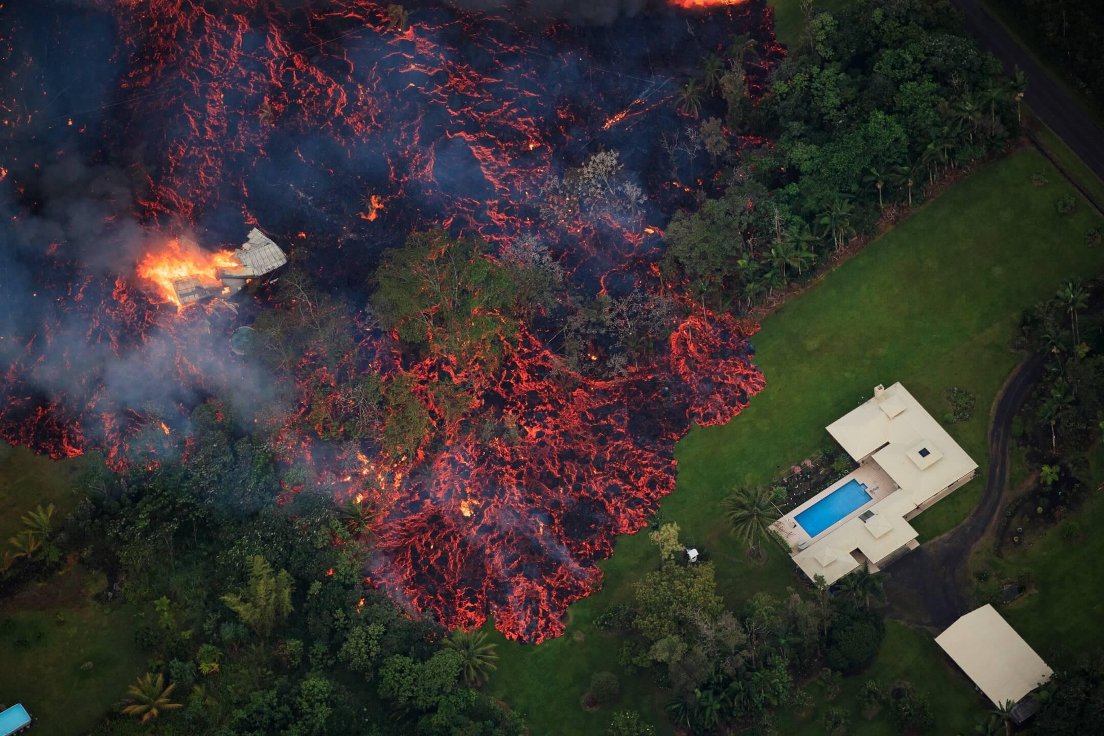 2018年5月6日,美國夏威夷基拉韋厄(Kilauea)火山噴發,熔岩從地面裂縫不斷滲出。當地宣佈進入緊急狀態,疏散約1,700名居民。 攝:Bruce Omori/Paradise Helicopters via EPA