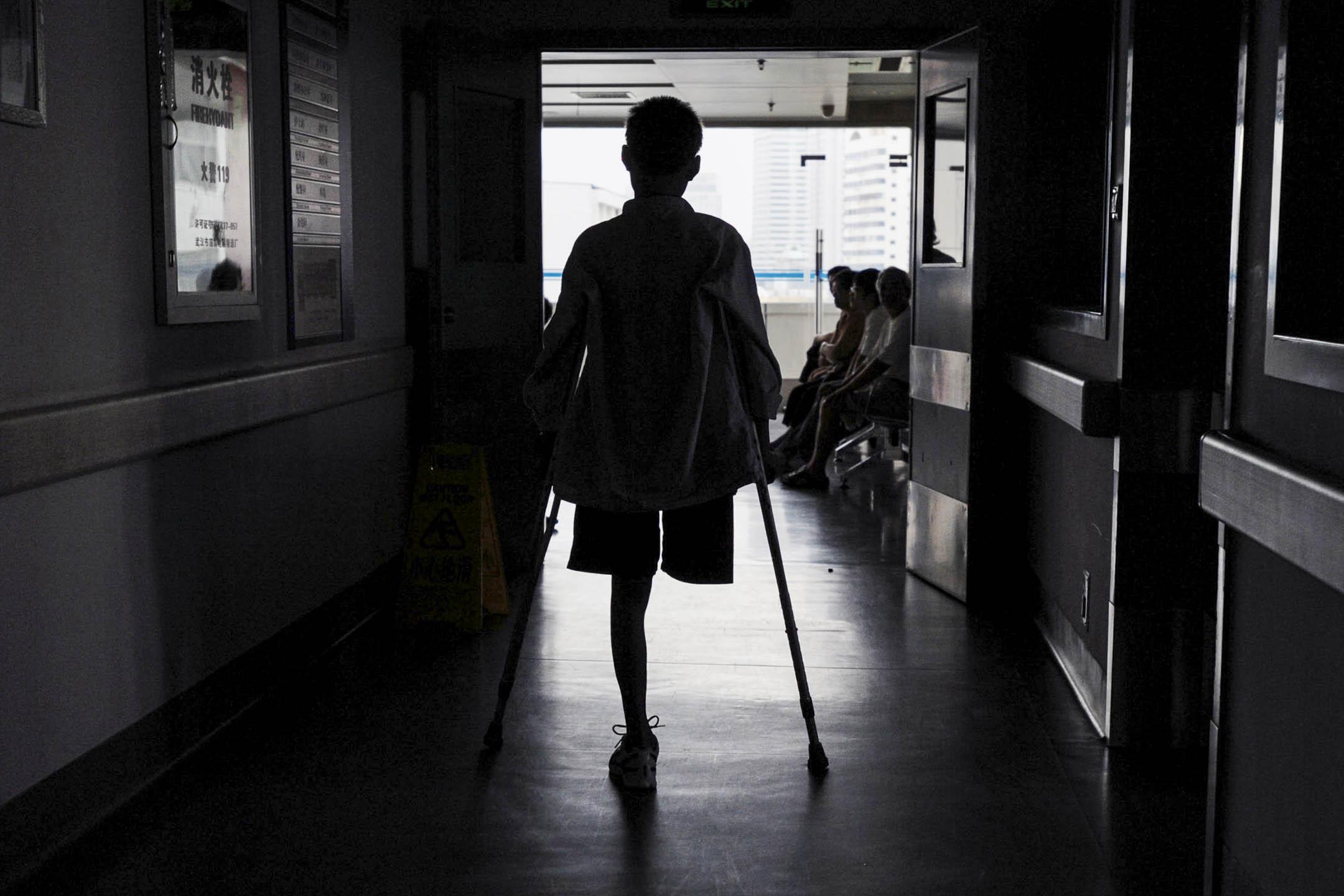 四川地震後,一位兒童正在醫院接受復康治療。 攝:Imagine China
