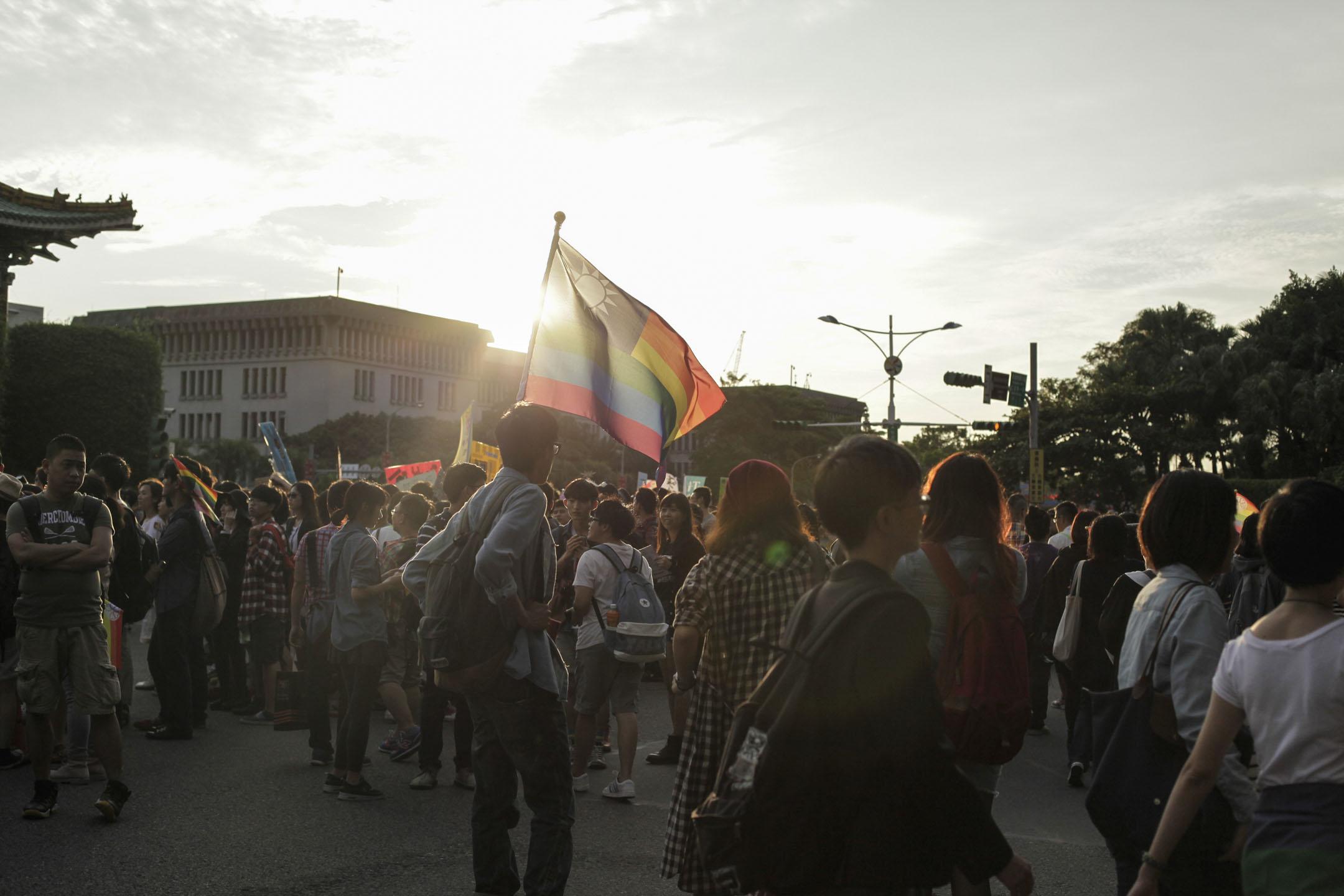 當台灣的婚姻平權露出曙光,這島國的天空會越來越亮吧?只是陽光底下必然還有陰影,有些鳥兒們將離開原本築巢之地,還有些鳥兒會繼續把巢築在太陽照不到的地方。都很好。圖為2013年10月25日,於台北舉行的同志平權集會。 攝: Yunjie Liao/Pacific Press/LightRocket via Getty Images