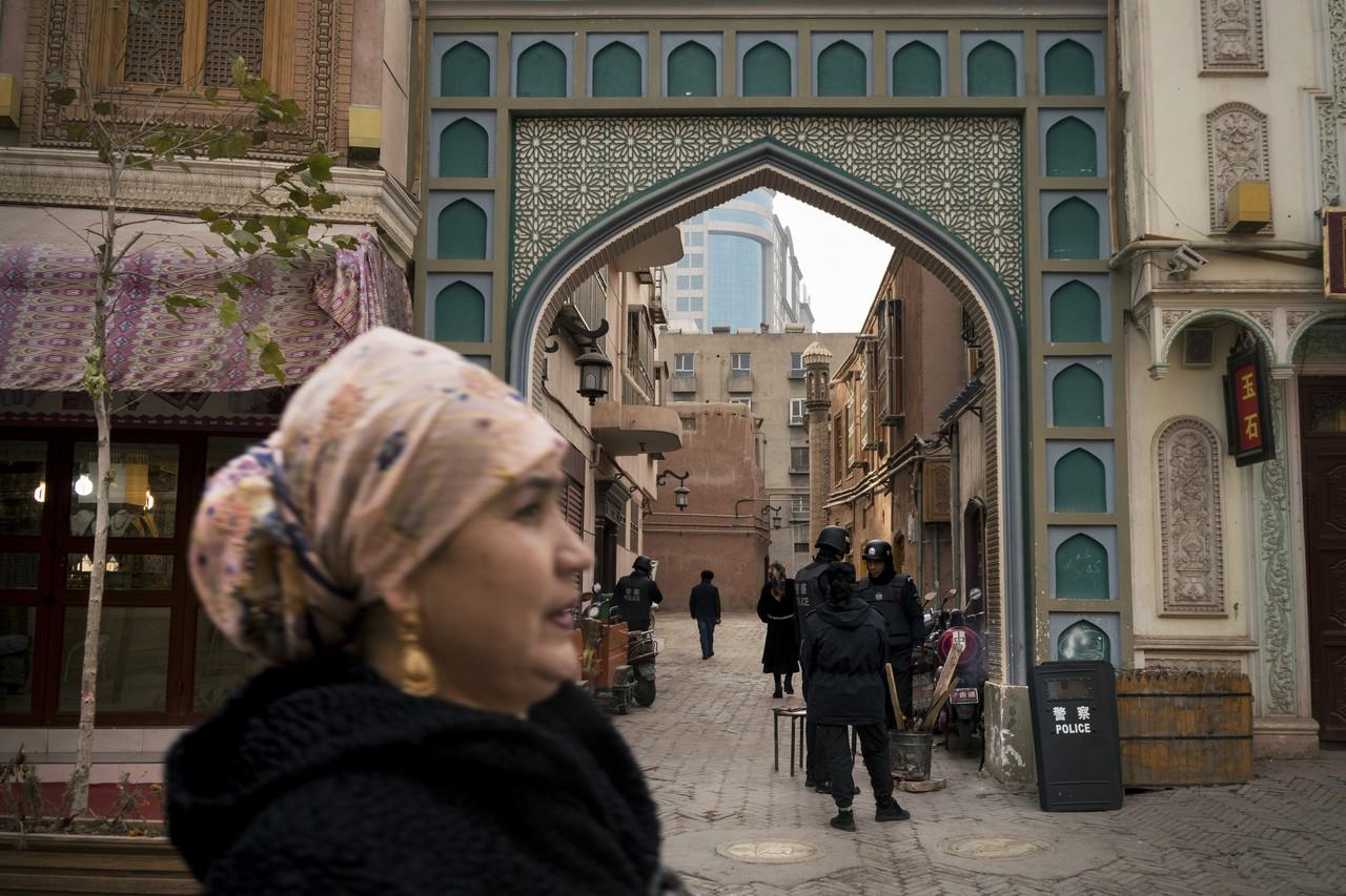警察在喀什老城的一座門前執勤。