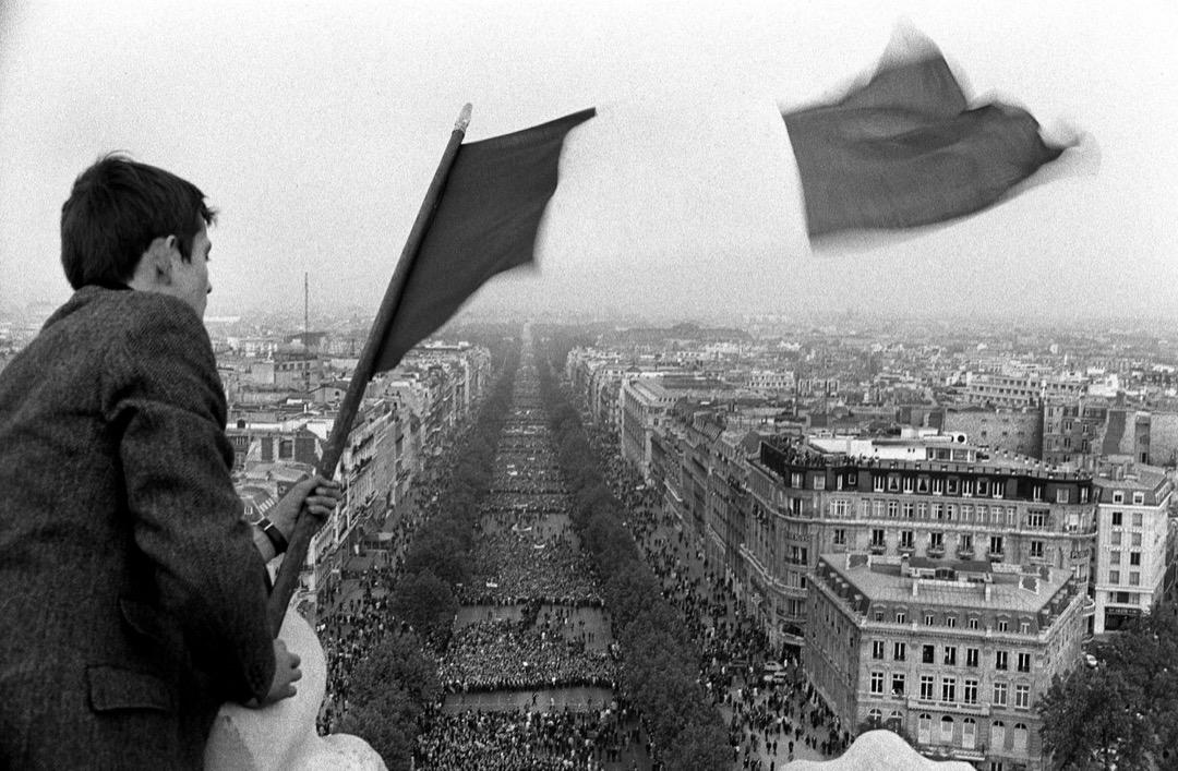 5月30日,法國「五月風暴」尾聲,戴高樂政府支持者到香榭麗舍大街集會,有支持者在建築物上揮動法國國旗。隨後6月的大選中,戴高樂政府高票連任,學運敗退。
